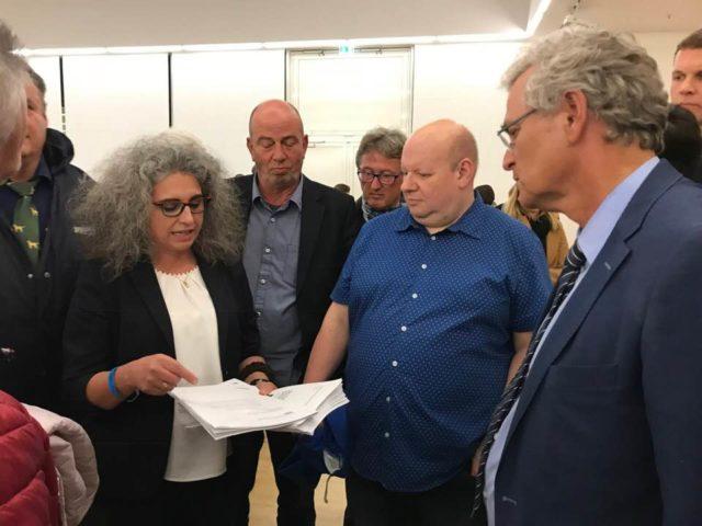 Dresden: ZDF-Chefredakteur Frey erhält 100-seitigen Migrationspakt vom Publikum